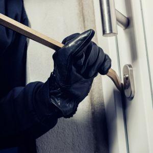 burglar-prying-open-door